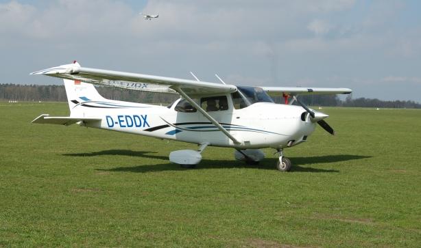 Cessna_172_Skyhawk_(D-EDDX)